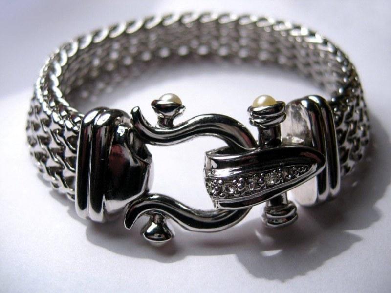 Чистить серебряный браслет