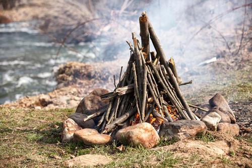 Как разжечь костер в походе: какие дрова для костра лучше, виды костров, как развести костёр под дождём.