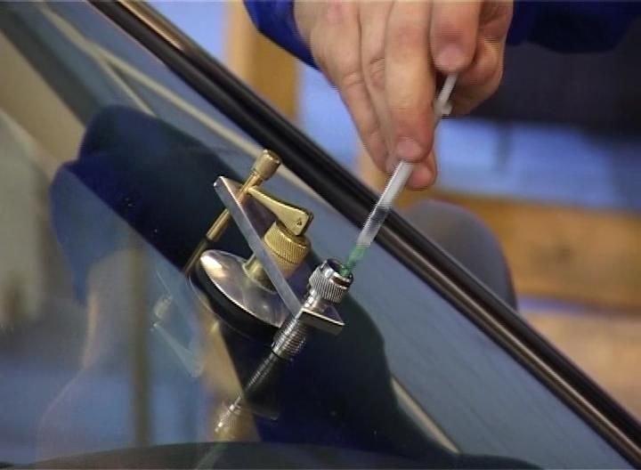 Как убрать скол с лобового стекла автомобиля своими руками