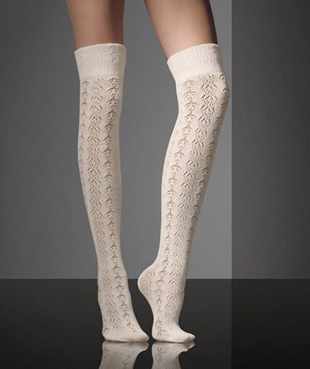 Худая девушка с тонкими ножками в колготках