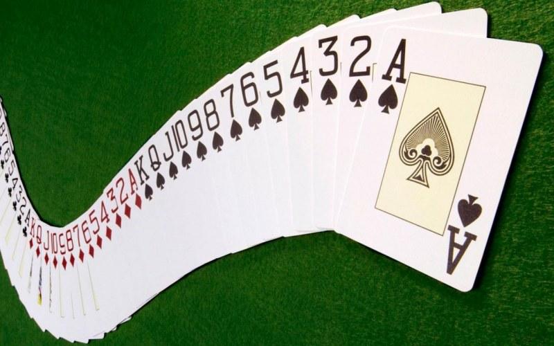 Имея при себе колоду карт и
