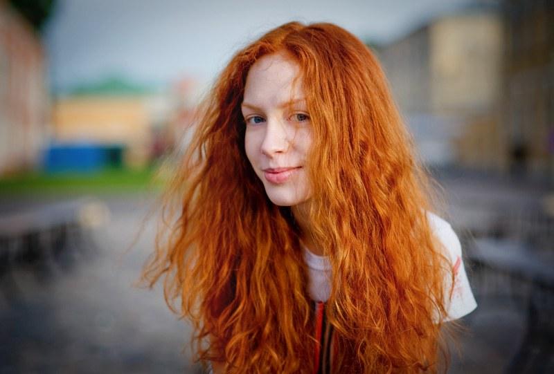 Какие платья подходят к рыжим волосам