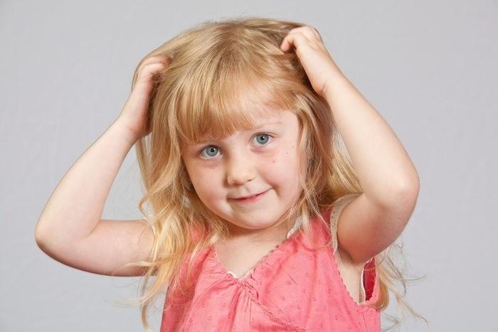 От чего малыш может чесать голову ? как избавиться от привычки чесать голову ? Дети ? Другое