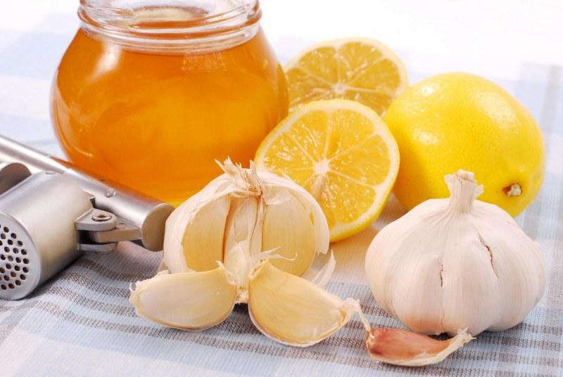 Смесь из лимона чеснока и меда