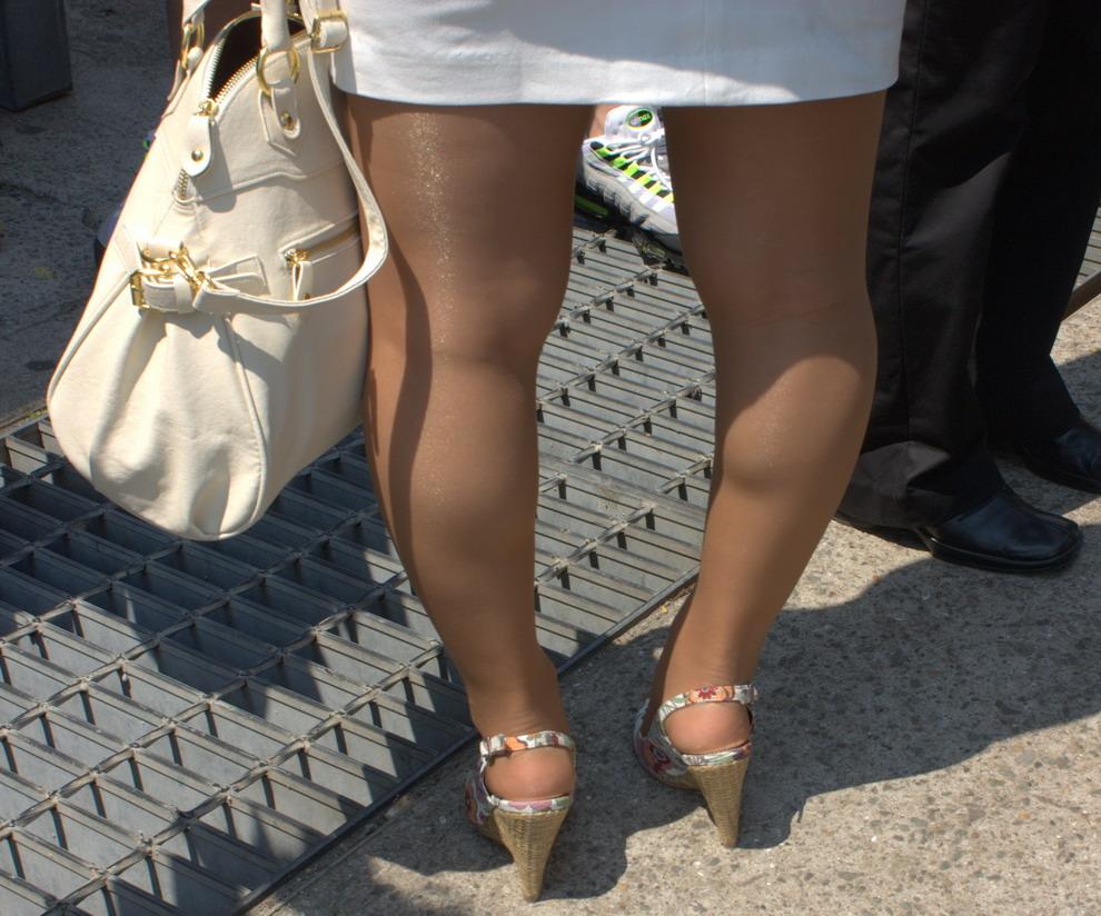 Ноги женщин в чулках и коротких юбках нога на ногу фото фото 420-479