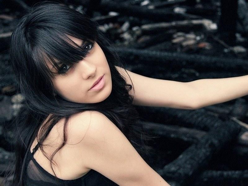 Фото девушек боком с темными волосами