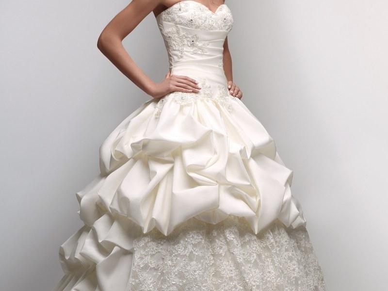 Кто покупает свадебное платье невесте