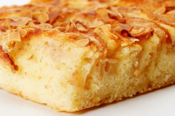 Быстрый пирог с тёртыми яблоками, изюмом и корицей