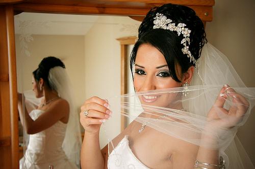 Однако приверженцы традиций и классики по-прежнему настаивают: современная невеста должна быть только в фате. Как же не ошибиться при выборе столь важной