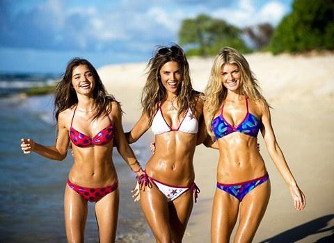 Подружки на пляже