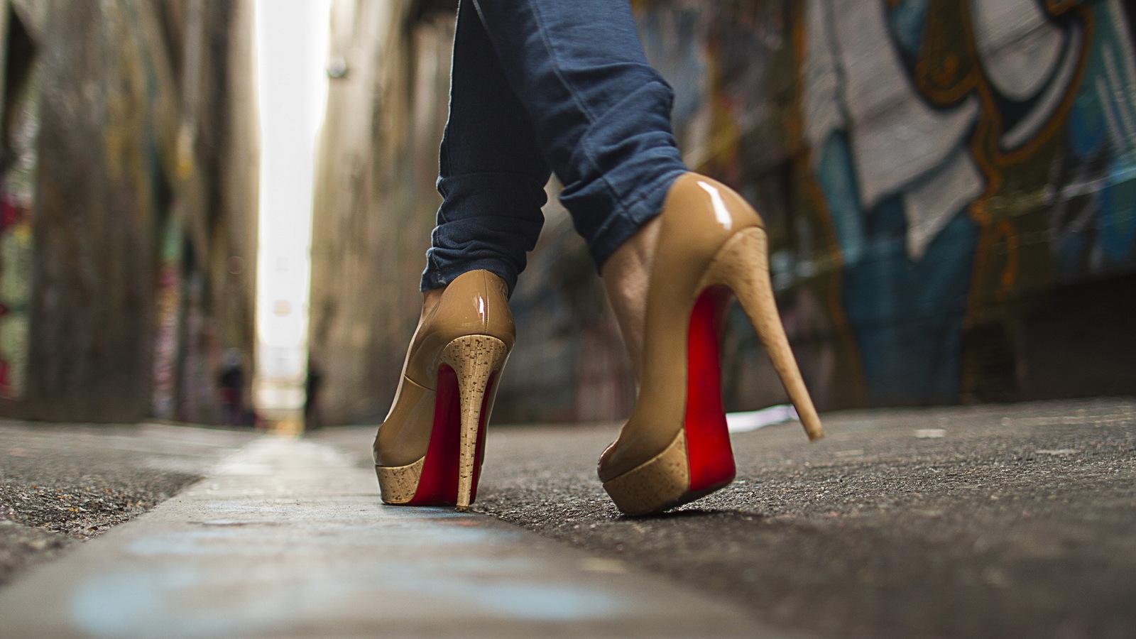 Как быстро и правильно научиться красиво ходить на высоких каблуках