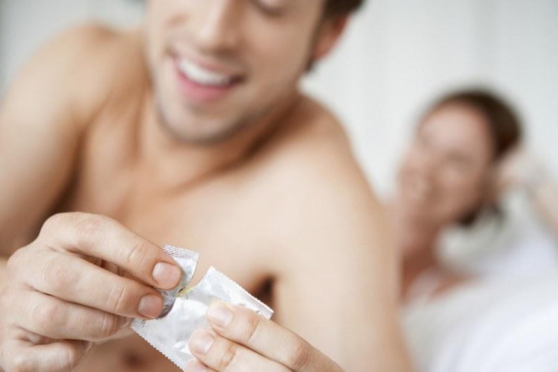 Пара заражена сифилисом занимается сексом в презервативе