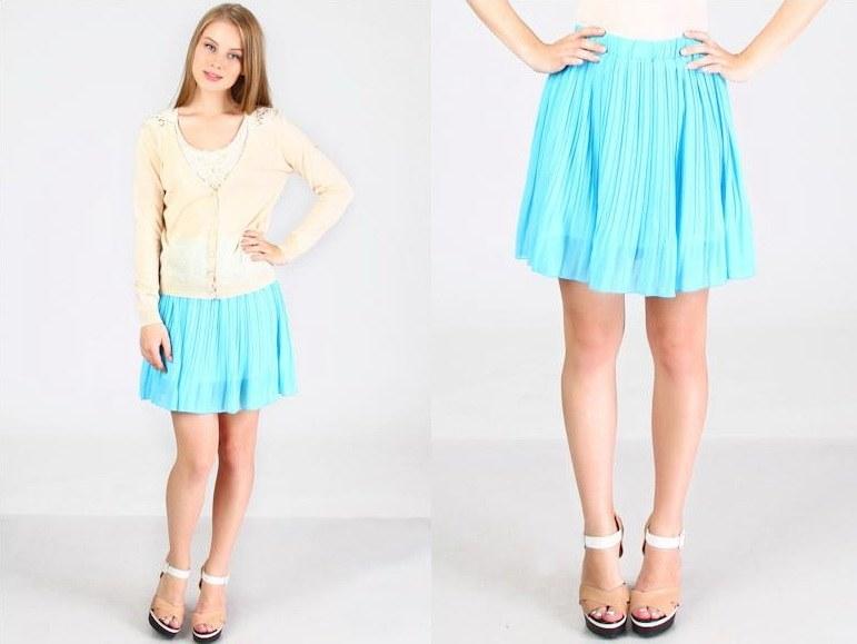 Девушка с кривыми ногами в юбке