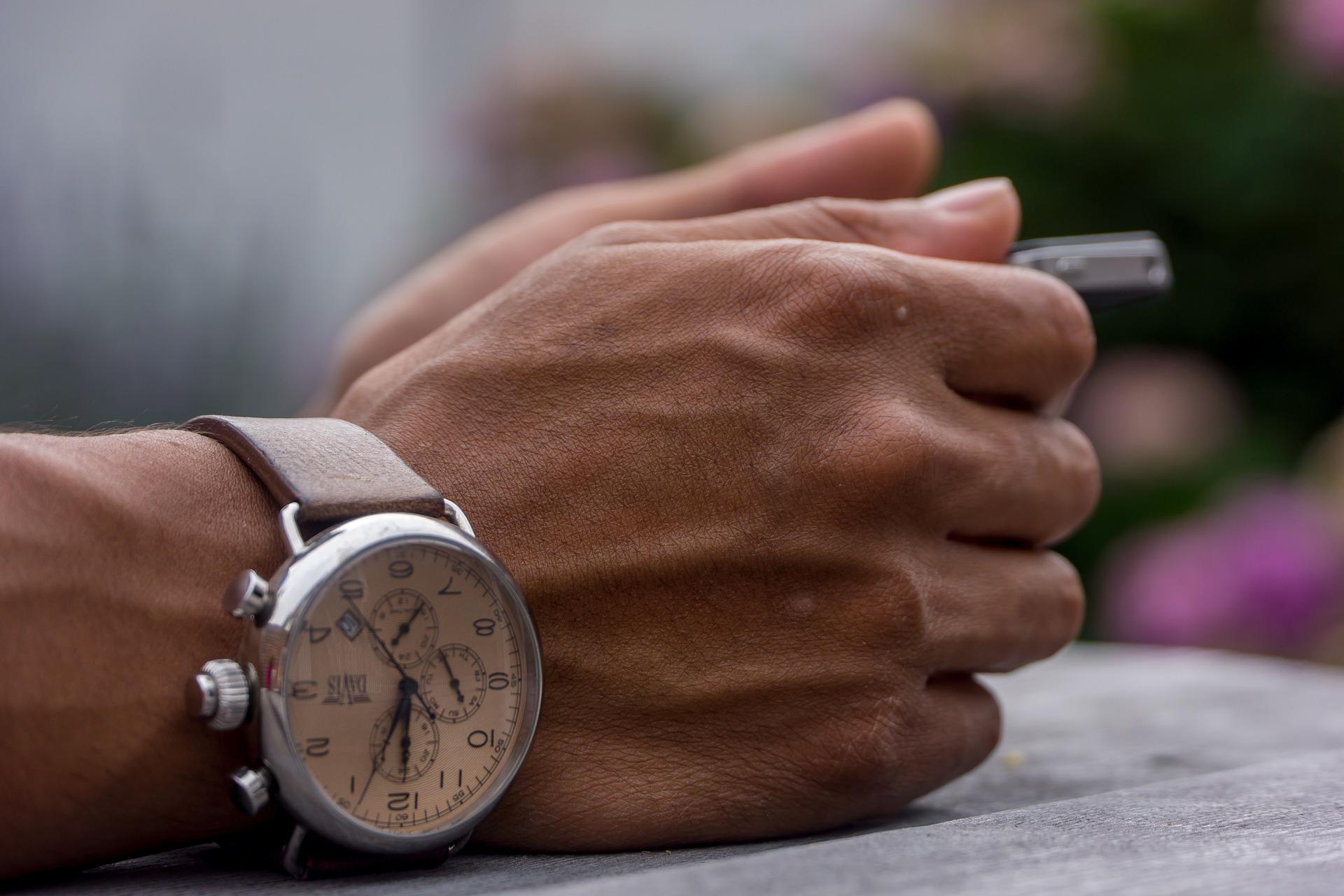 На какой руке носить часы: приметы и значения