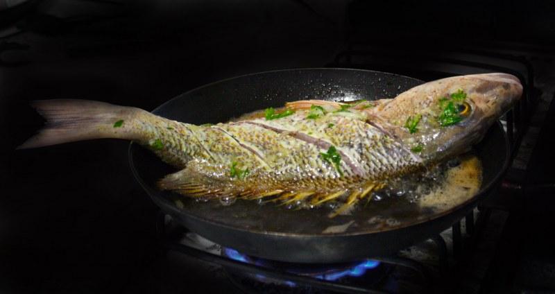 Как вытащить рыбную косточку в домашних условиях