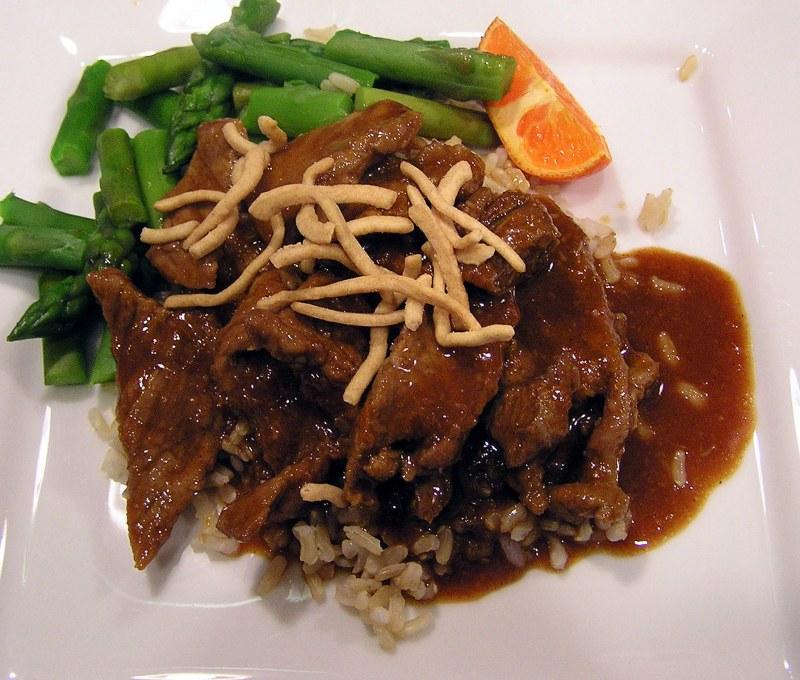 Жаренный рис с мясом и овощами