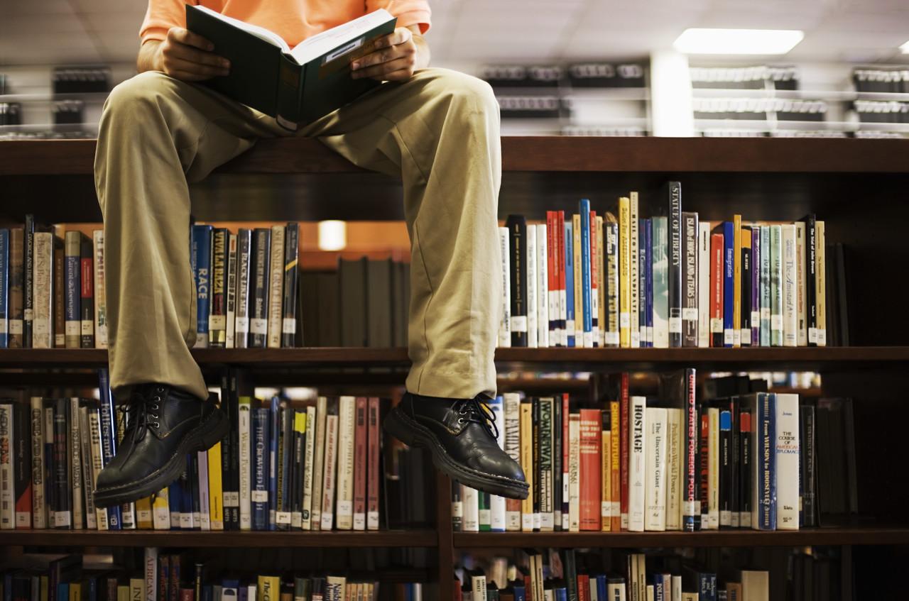 Картинка человек в библиотеке