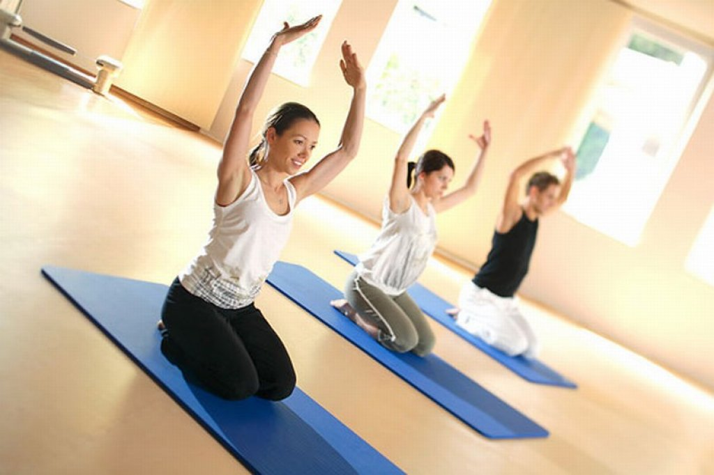 Упражнение калланетики - скручивание на коленях