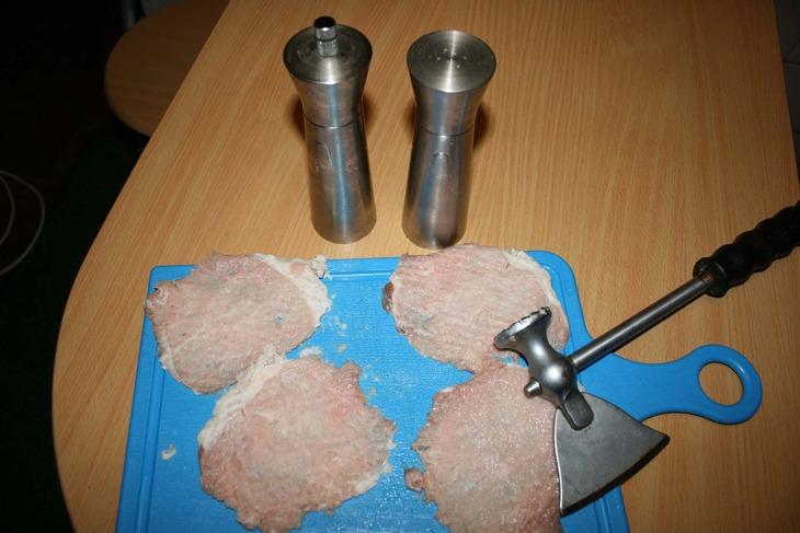 Для приготовления антрекота порционные кусочки мяса необходимо отбить