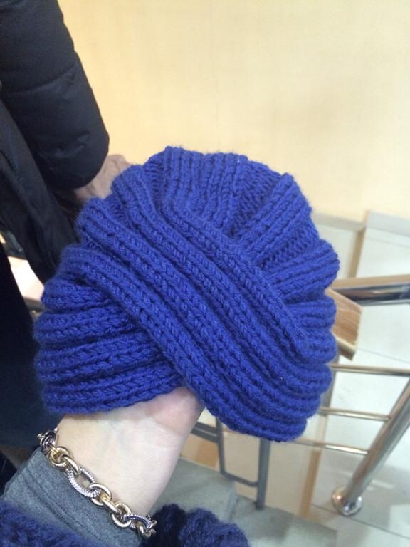 Как связать шапку спицами платочной вязкой