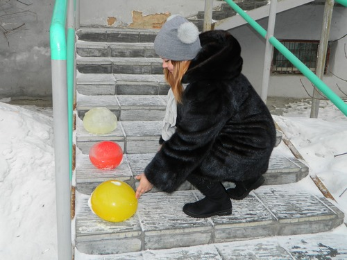 шары на ступеньках