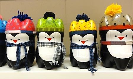 яркие пингвины из пластиковых бутылок