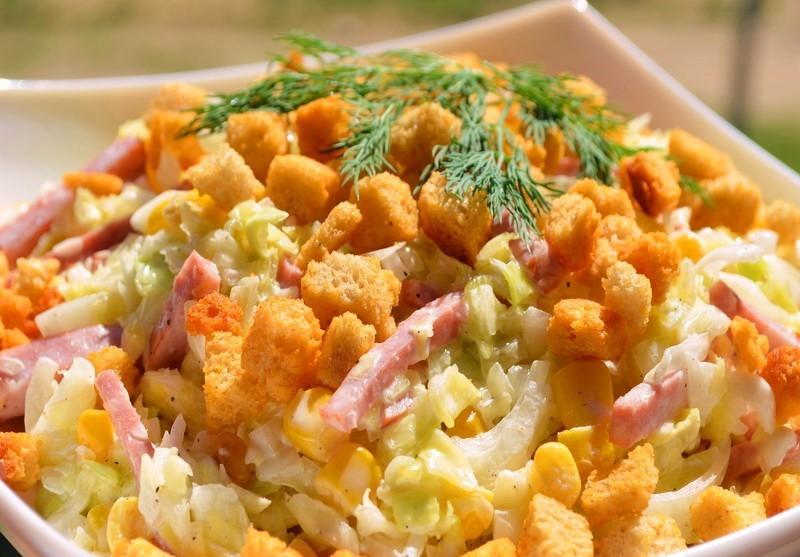 Рецепт салата с ветчиной горошком маринованным луком и морковкой