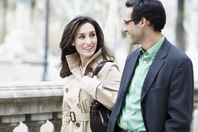как обратить на себя внимание знакомого мужчины