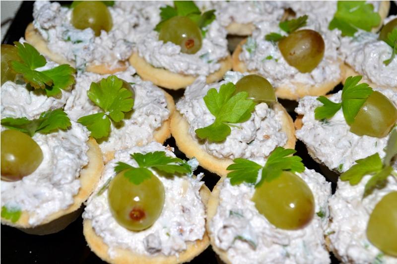 Луковые тарталетки с сыром