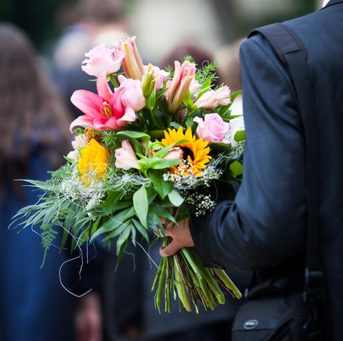 дарить цветы девушке при знакомстве