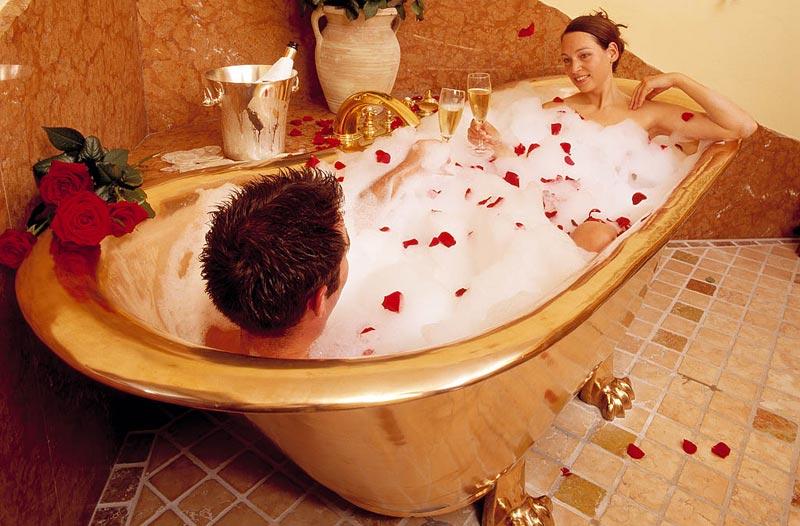 Девушка и парень в ванной чем можно заняться