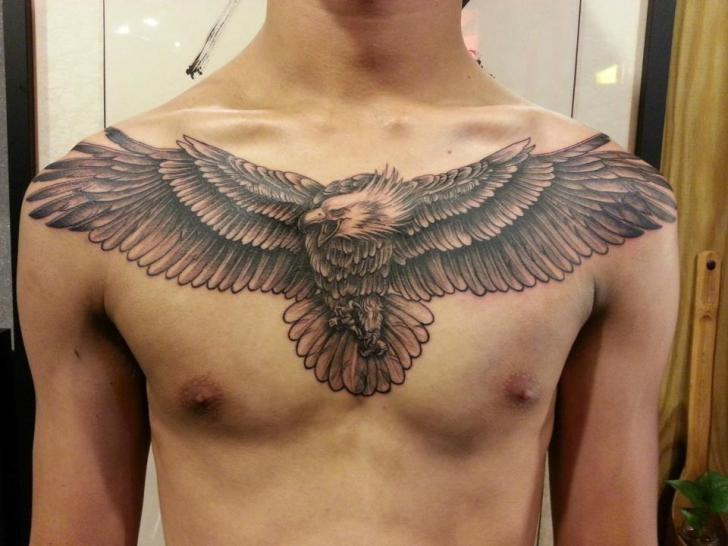Тату в виде орла на груди