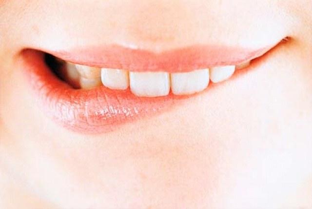 Прикушенная губа как лечить