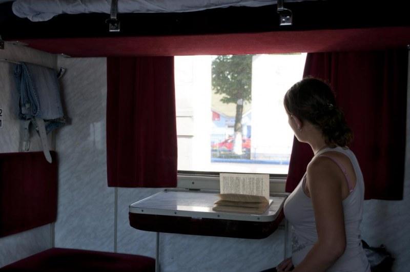 меня куча стоящую у окна вагона девушку трахнули видео гладить друг другу