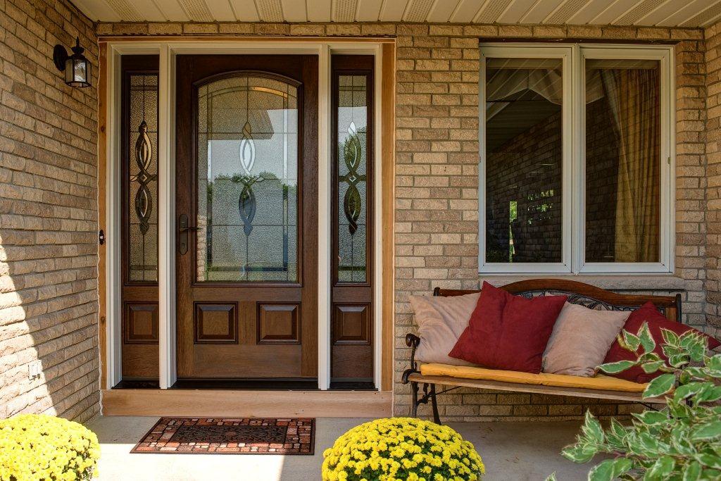 через входную дверь, по фен-шуй, в дом входит энергия