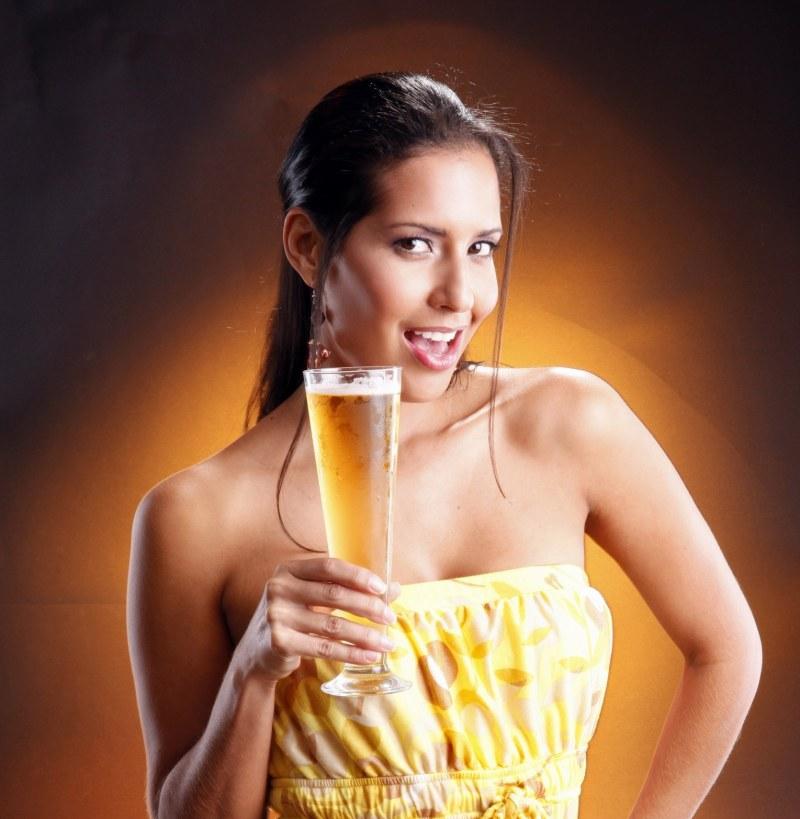 Девушка пьет пиво картинки