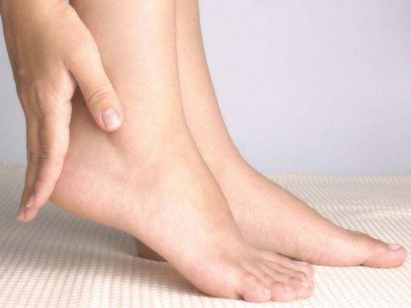 чем чистить пятки ног