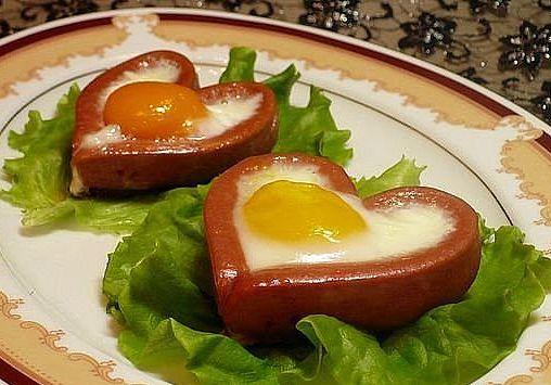 сердечко из сосиски с яйцом