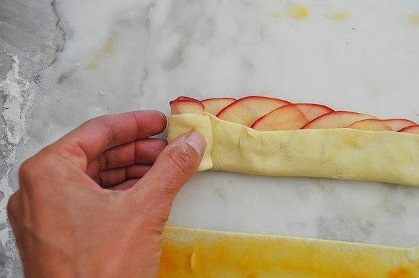 Слойки с яблоками из слоеного теста пошаговый рецепт