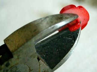 Простые и нарядные сережки-гвоздики из пуговиц