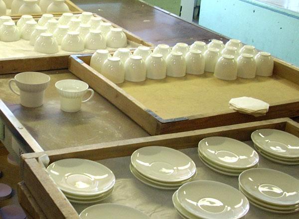В цехе по производству костяного фарфора