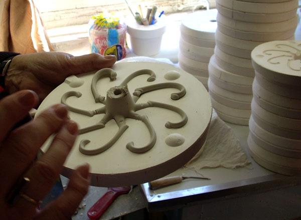 Ручки для посуды отливаются в специальных формах