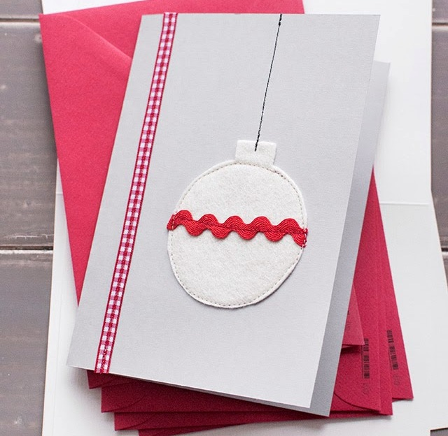 новогодняя открытка с елочными шарами