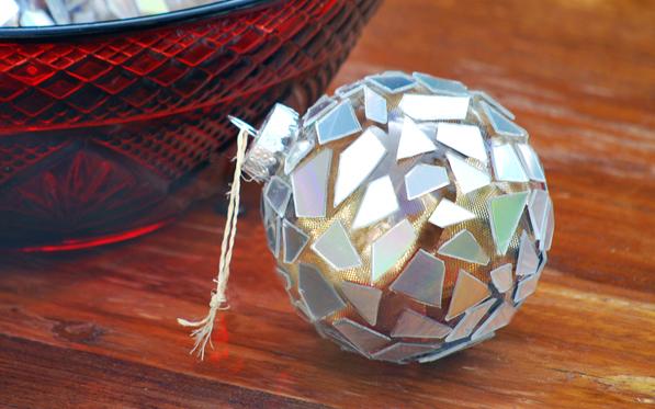 новогодний шар из компакт-дисков