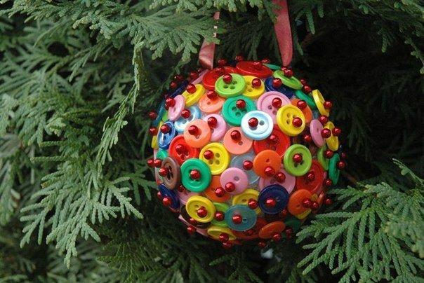 новогодний шар из пуговиц