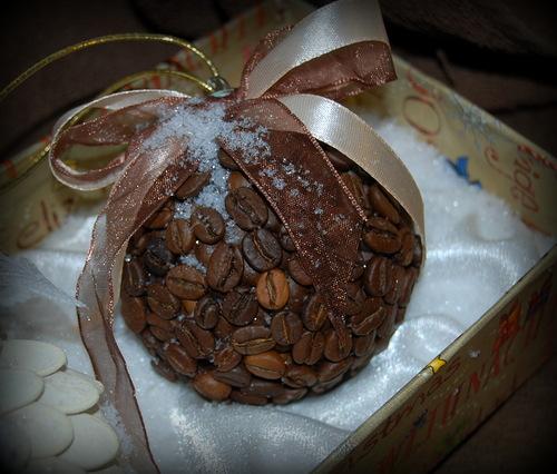 новогодний шар из кофейных зерен