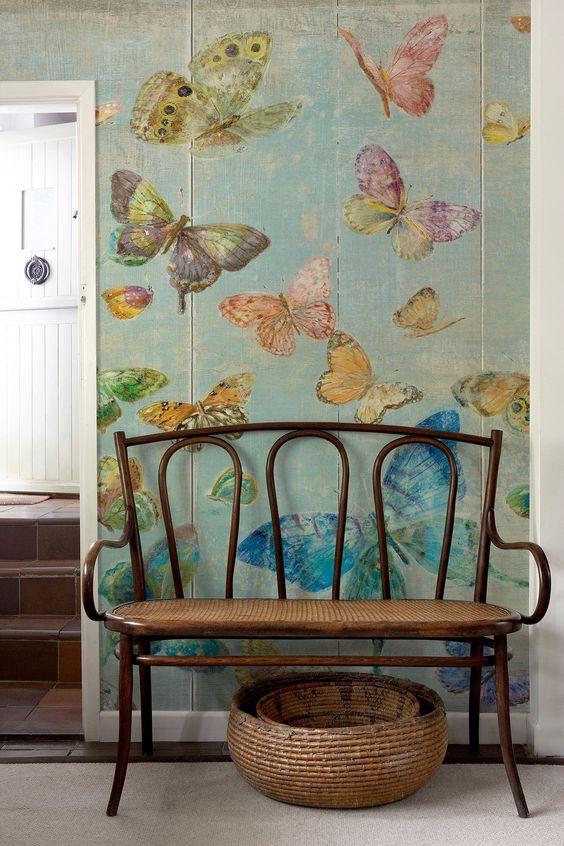 бабочки в квартире на стене