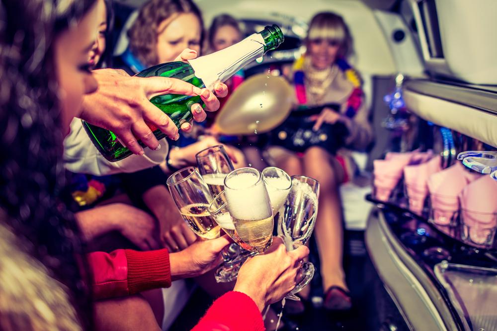 русские девушки выпили шампанское и устроили девичник онлайн постоянное
