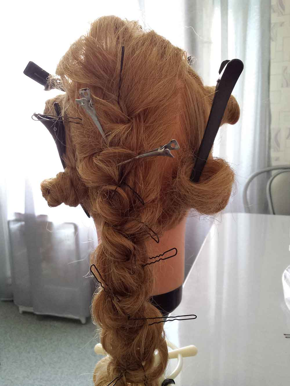 Коса с вытянутыми прядями