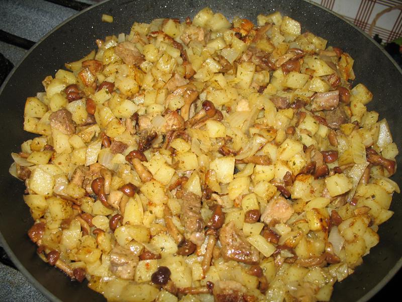 Как пожарить картошку с опятами на сковороде рецепт с фото пошагово